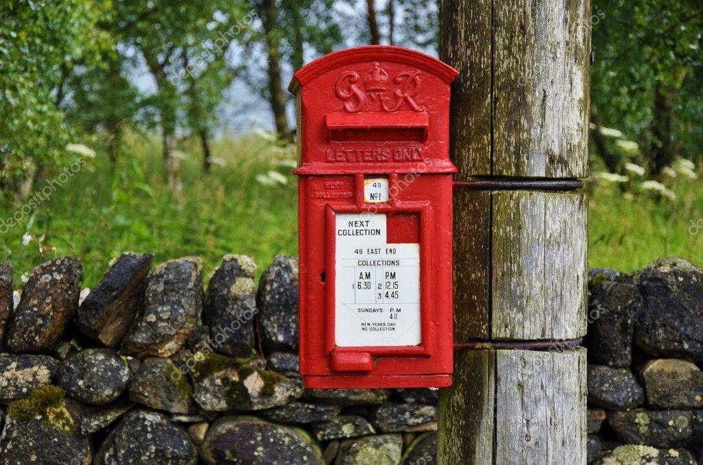 Traditioneller Englischer Briefkasten In Landschaft Stockfoto