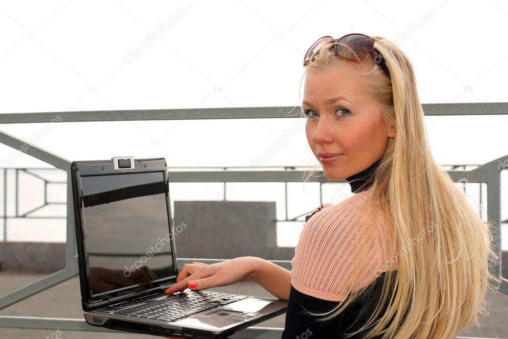 blondinka-za-kompyuterom-video-nikita-kontsevoy-porno