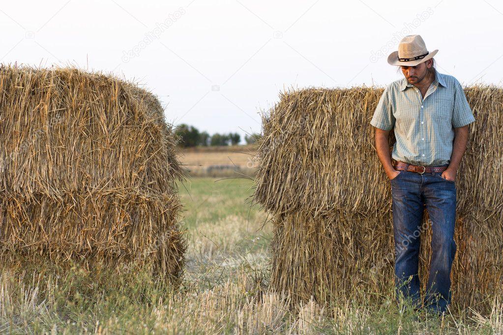 contadino con balle di fieno — Foto Stock © mrkornflakes  10429949 902bb582a0be