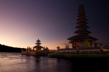 Hindu temple Ulun Danu Bratan at sunrise