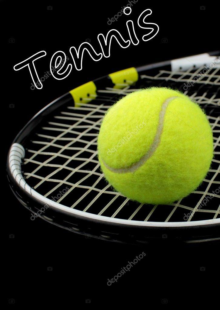 e79ef82eaef Tenisovou raketu a tenisový míček na černém pozadí — Stock fotografie