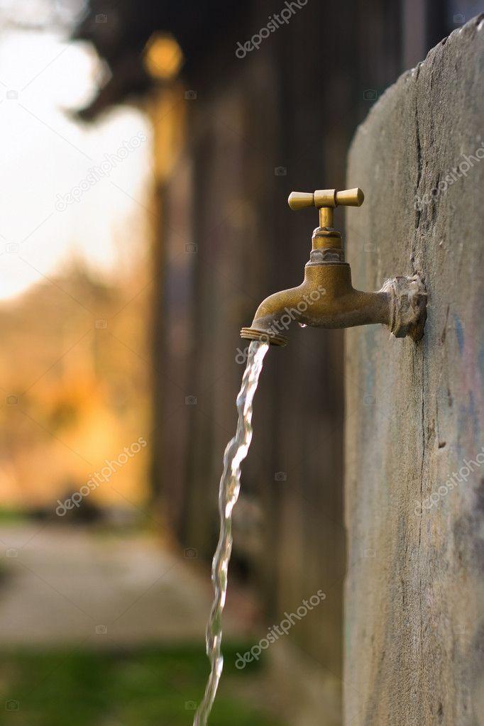vieux robinet d 39 eau rouill e dans le jardin photographie panicattack 10681297. Black Bedroom Furniture Sets. Home Design Ideas
