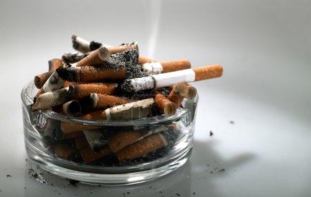 Photo pour Voulez-vous fumer encore ? - image libre de droit