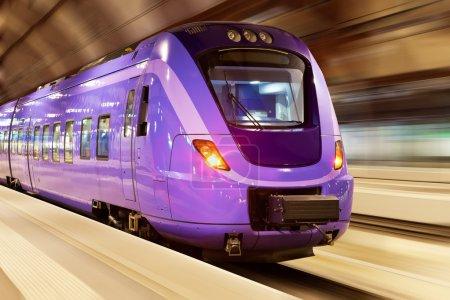Tren de alta velocidad con desenfoque de movimiento