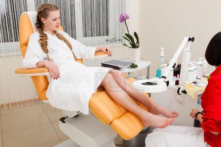 Photo pour Belle jeune fille dans un salon de beauté moderne - image libre de droit