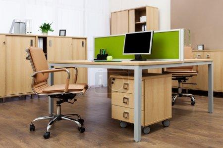 Photo pour Moniteur sur un bureau dans un bureau moderne - image libre de droit