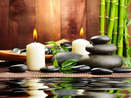 Photo pour Pierres de basalte de Zen et bambou sur le bois - image libre de droit
