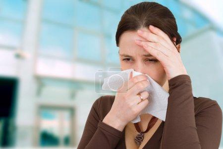 jolie jeune fille a obtenu un rhume