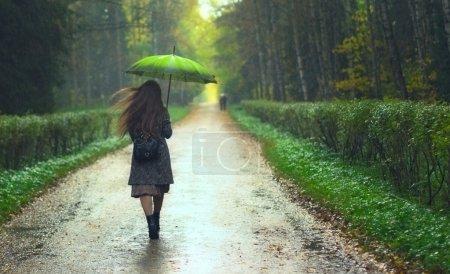 fille sous la pluie