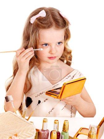 Photo pour Cosmétiques de l'enfant. petite fille appliquant make up. - image libre de droit