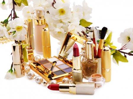 Photo pour Groupe de cosmétiques décoratifs et de fleurs. Isolé . - image libre de droit