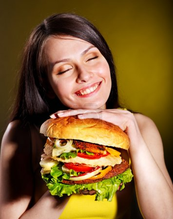 Photo pour Hamburger de tenue de femme mince. - image libre de droit