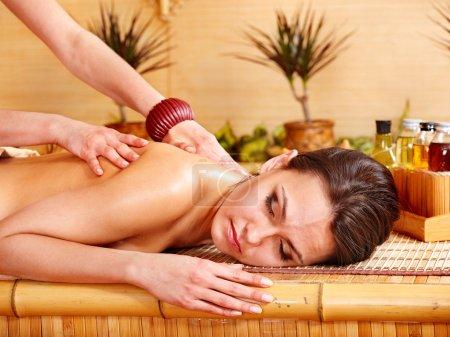 Photo pour Belle jeune femme recevant le massage dans le spa. - image libre de droit