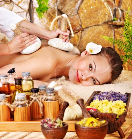 Photo pour Femme se thaï herbal compress massage spa. - image libre de droit