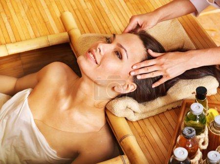 Foto de Mujer joven recibiendo masaje en la cabeza en el spa de bambú . - Imagen libre de derechos