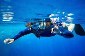 """Постер, картина, фотообои """"Аквалангист женщина в голубой воде."""""""