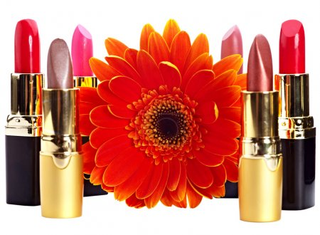 Photo pour Groupe rouge à lèvres et la fleur. produits cosmétiques décoratifs. isolé. - image libre de droit