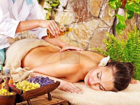 Photo pour Une jeune femme se fait masser dans un spa. - image libre de droit