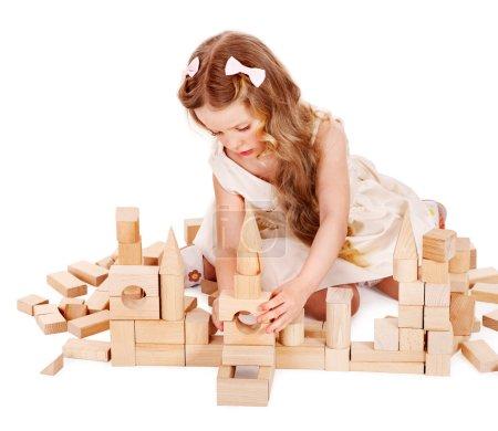 Photo pour Heureux enfant jouant des blocs de construction. isolé. - image libre de droit