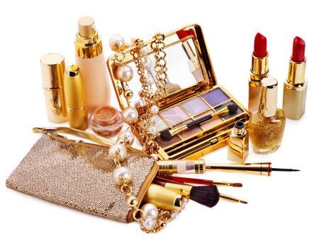 Photo pour Cosmétiques décoratifs pour le maquillage. Isolé . - image libre de droit