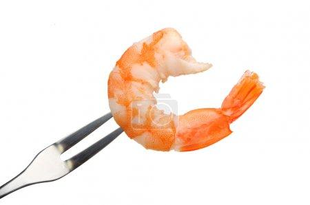 Photo pour Crevettes décortiquées sur une fourchette isolée sur fond blanc - image libre de droit