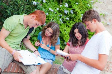 Photo pour Groupe multiculturel d'étudiants collégiaux - image libre de droit