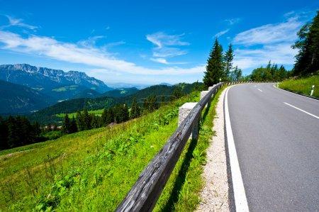 Photo pour Noire Panoramastraße-asphalte dans les Alpes bavaroises - image libre de droit