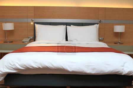 Photo pour Il est lit double dans l'hôtel la nuit - image libre de droit