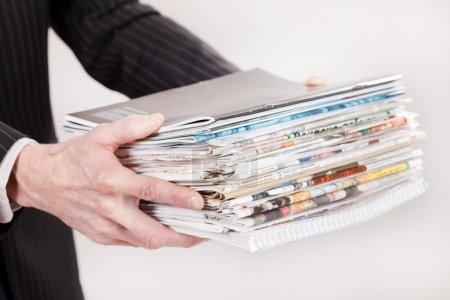 Photo pour Homme d'affaires avec la pile de papier - image libre de droit