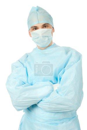 Photo pour Chirurgien masculin en uniforme avec les bras croisés sur fond blanc - image libre de droit