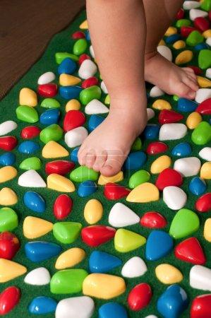 Photo pour Tapis orthopédique pour enfants - image libre de droit
