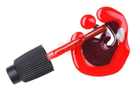 Photo pour Vernis à ongles rouge (émail) gouttes avec pinceau, isolé sur blanc - image libre de droit