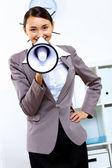 Mladá žena s megafon v úřadu
