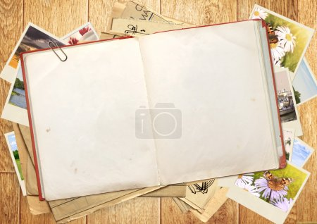 Foto de Libro viejo y fotos. objetos sobre tabla de madera - Imagen libre de derechos