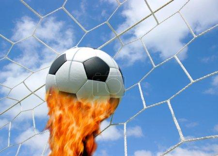 Photo pour Un ballon de foot dans un filet - image libre de droit