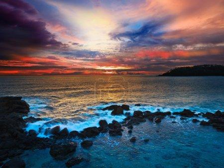 Photo pour Coucher de soleil sur l'océan avec grand paysage nuageux - image libre de droit