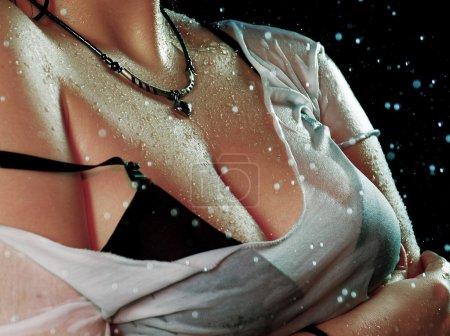 Photo pour Jeune femme sexy portrait studio d'eau. - image libre de droit