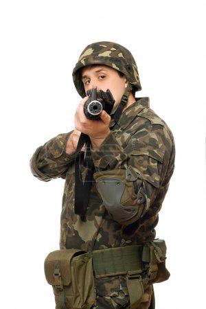 Photo pour Jeune bel homme avec une arme à feu. isolé - image libre de droit