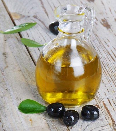 Photo pour Huile d'olive et olives noires - image libre de droit