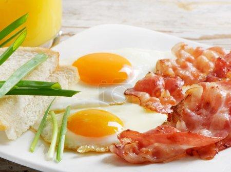 Photo pour Petit déjeuner traditionnel avec bacon et œufs frits - image libre de droit