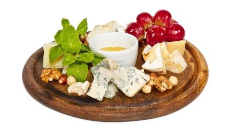 Photo pour Différents types de fromages au miel, noix et raisins sur assiette, isolés sur blanc - image libre de droit