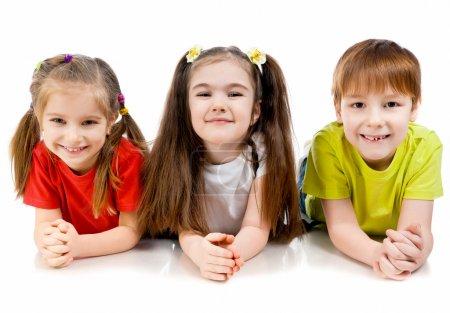 Foto de Riendo a niños pequeños sobre un fondo blanco - Imagen libre de derechos