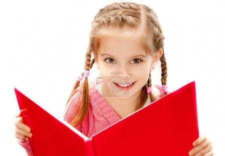 Photo pour Douce petite fille heureuse lisant un livre - image libre de droit