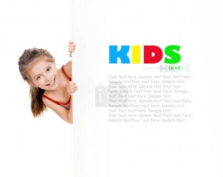 Foto de Linda niña detrás de un tablero blanco - Imagen libre de derechos