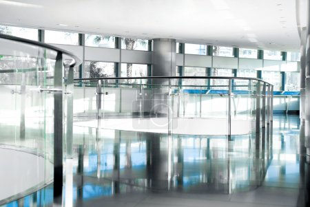Photo pour Image des rampes et des fenêtres en immeuble de bureaux - image libre de droit