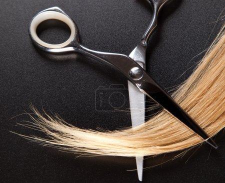 Photo pour Ciseaux de coiffeur professionnel sur fond foncé - image libre de droit
