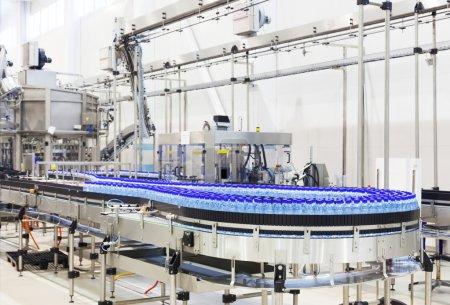 Photo pour Magasin industriel moderne sur le versant de l'eau minérale - image libre de droit