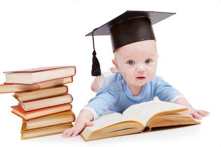 Photo pour Enfant dans un chapeau du célibataire et le livre. Concept d'éducation préscolaire - image libre de droit