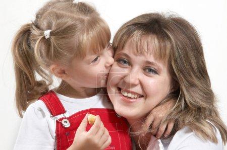 Photo pour Une fille embrassant sa mère heureuse - image libre de droit