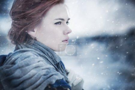 Photo pour Portrait de jeune femme hiver calme. - image libre de droit